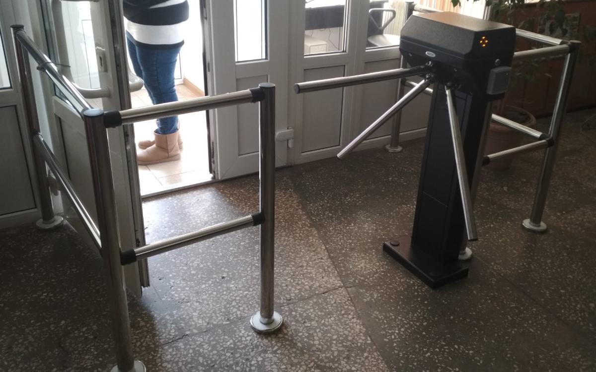 Установка системы видеонаблюдения и турникетов
